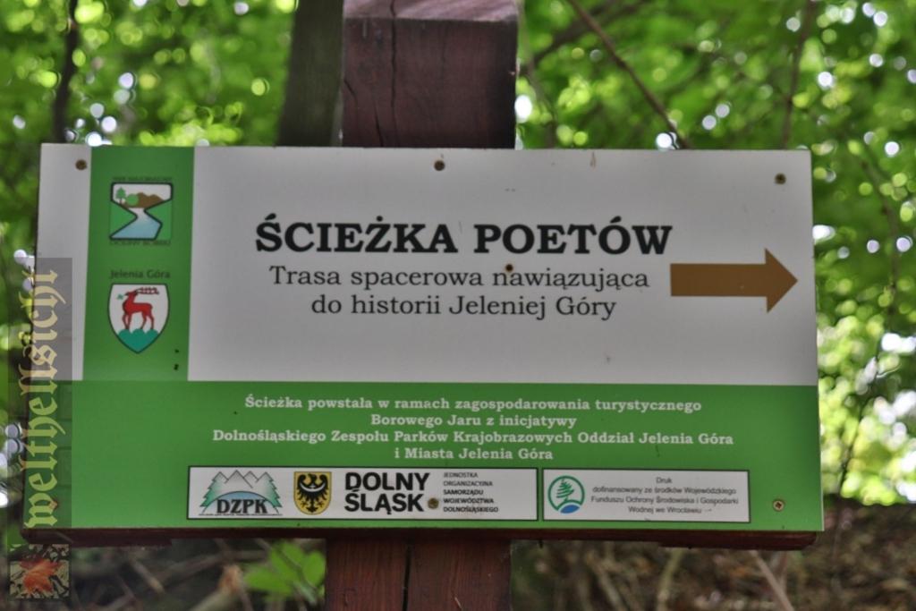 Ścieżka Poetów w Jeleniej Górze – drogowskaz, WELTHELLSICHT, CC BY-NC